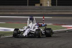 Lance Stroll, Williams FW40, descend de sa voiture après l'accrochage avec Carlos Sainz Jr., Scuderia Toro Rosso