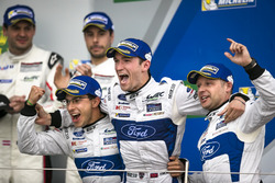 Podio GTE-Pro: vincitori della gara #67 Ford Chip Ganassi Racing Ford GT: Andy Priaulx, Harry Tinckn