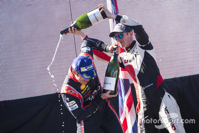 Podium : le vainqueur Thierry Neuville, Hyundai Motorsport, le deuxième Elfyn Evans, M-Sport