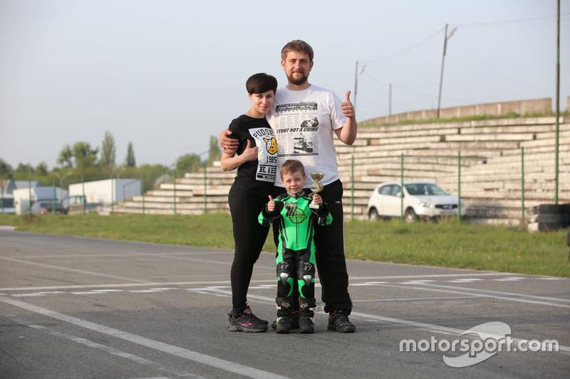 Тіма Кулєшов із нагородою разом із батьками