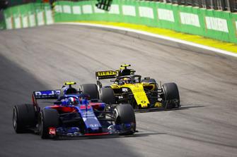 Carlos Sainz Jr., Renault Sport F1 Team R.S. 18, met Pierre Gasly, Toro Rosso STR13.