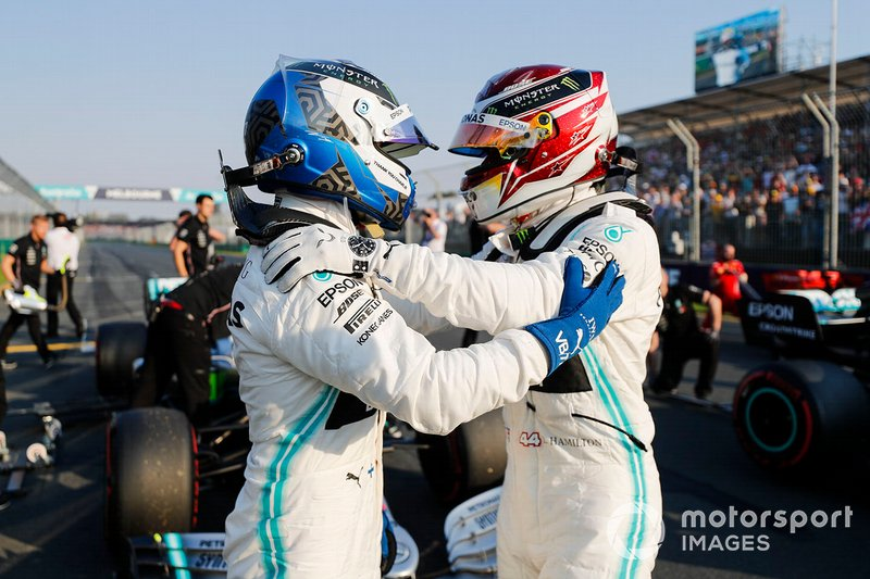Il poleman Lewis Hamilton, Mercedes AMG F1 e Valtteri Bottas, Mercedes AMG F1 nel Parco Chiuso