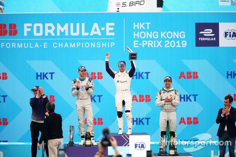 Race winner Sam Bird, Envision Virgin Racing holds his trophy aloft on the podium alongside Edoardo Mortara, Venturi Formula E, 2nd position, Lucas Di Grassi, Audi Sport ABT Schaeffler, 3rd position