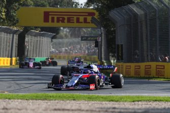 Alexander Albon, Toro Rosso STR14, voor Sergio Perez, Racing Point RP19, en Lance Stroll, Racing Point RP19