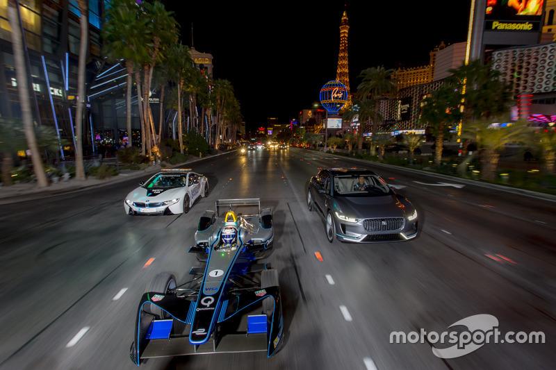 10. Sam Bird, DS Virgin Racing, lidera a Mitch Evans, Jaguar Racing en un I-Pace SUV concept car. Antonio Felix da Costa, Amlin Andretti Fórmula E Team, en un BMW i8
