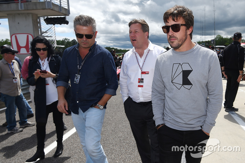 Gil de Ferran, Zak Brown, McLaren CEO, Fernando Alonso on the grid