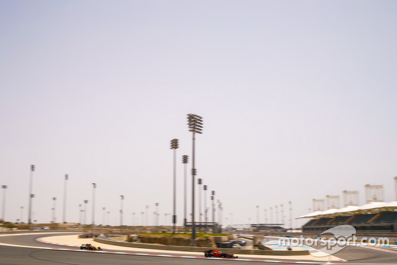 Daniel Ricciardo, Red Bull Racing RB13, leads Nico Hulkenberg, Renault Sport F1 Team RS17