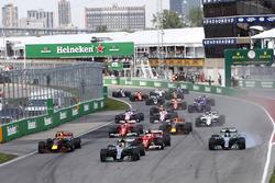 Lewis Hamilton, Mercedes AMG F1 W08, Valtteri Bottas, Mercedes AMG F1 W08, Sebastian Vettel, Ferrari SF70H, Max Verstappen, Red Bull Racing RB13, et le reste du peloton au départ