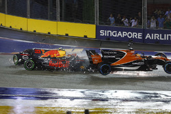 Startcrash: Max Verstappen, Red Bull Racing RB13, Kimi Raikkonen, Ferrari, Fernando Alonso, McLaren MCL32 Honda
