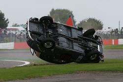Фронтмен AC/DC Брайан Джонсон перевертається у  своєму Austin A35