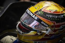 Lewis Hamilton, Mercedes AMG F1, siede nell'abitacolo della sua monoposto nel garage