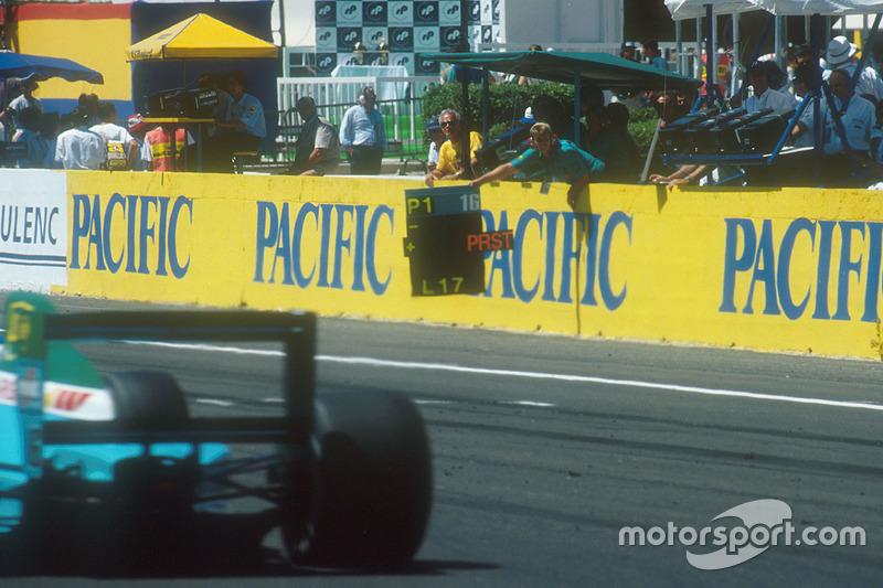 Ivan Capelli, Leyton House CG901 Judd pasa el tablero de pot, que le dice que lidera a Alain Prost