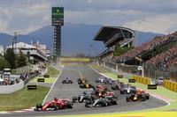 Sebastian Vettel, Ferrari SF70H, Lewis Hamilton, Mercedes AMG F1 W08, in the first corner at the start
