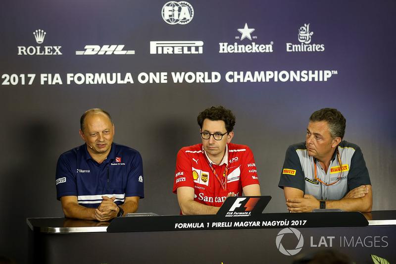 Frederic Vasseur, director del equipo Sauber, Mattia Binotto, director técnico de Ferrari y Mario Isola, Pirelli deportivas Director en la Conferencia de prensa