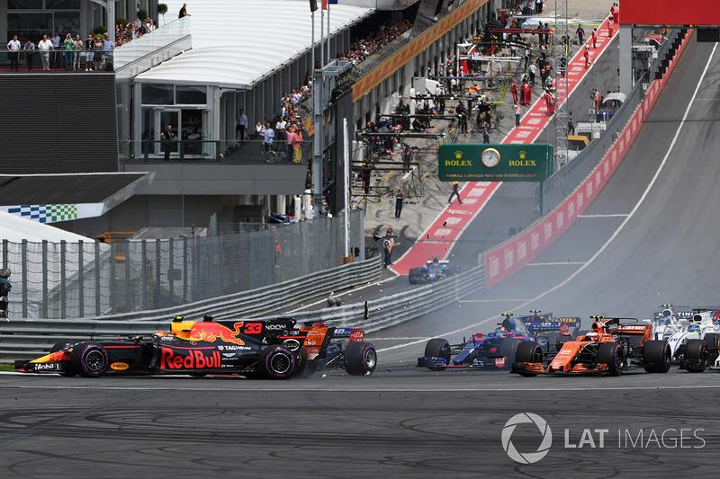 Столкновение на старте гонки: Макс Ферстаппен, Red Bull Racing RB13