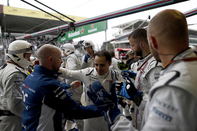Фелипе Масса в окружении членов своей команды