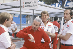 Teddy Mayer (centre), Tyler Alexander and Ron Dennis in the pits