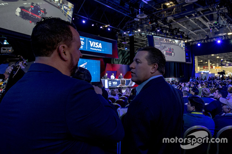 Zak Brown, CEO, Motorsport Network mira la carrera