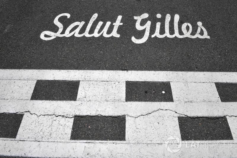 Надпись «Salut Gilles» в память о Жиле Вильневе