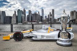 El Indy 100 500 con el trofeo de BorgWarner