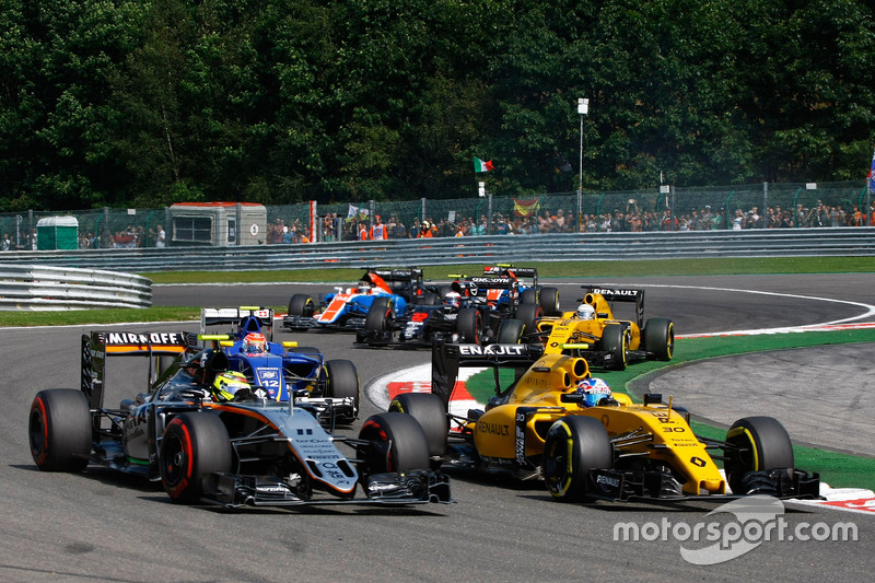 Sergio Perez, Sahara Force India F1 VJM09 ve Jolyon Palmer, Renault Sport F1 Team RS16
