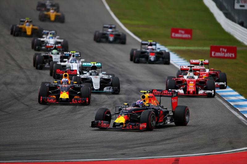 Даниэль Риккардо, Red Bull Racing RB12 и Макс Ферстаппен, Red Bull Racing RB12 на старте гонки