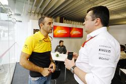 Управляющий директор Renault Sport F1 Сириль Абитбуль, пилот McLaren Фернандо Алонсо и гоночный директор McLaren Эрик Булье