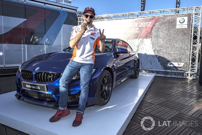 Marc Márquez, Repsol Honda Team, con el trofeo de la pole BMW M