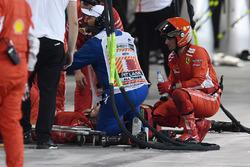 Un meccanico Ferrari viene portato al centro medico dopo essere stato colpito dalla monoposto di Kimi Raikkonen, Ferrari SF71H durante il pit stop