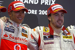 Lewis Hamilton, McLaren MP4-24 Mercedes y Fernando Alonso, Renault R29 celebran en el podio