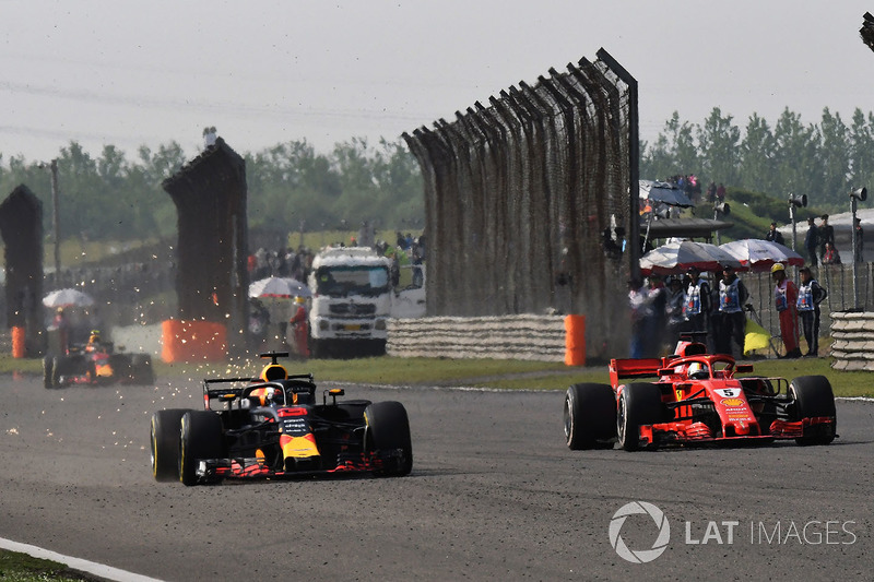 Daniel Ricciardo, Red Bull Racing RB14 lucha con Sebastian Vettel, Ferrari SF71H