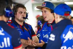 Brendon Hartley, Toro Rosso, con sus ingenieros