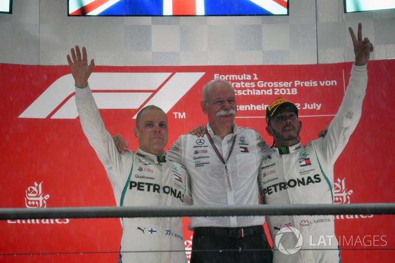 Podio: il secondo classificato Valtteri Bottas, Mercedes-AMG F1, il Dr. Dieter Zetsche, CEO Daimler AG, il vincitore della gara Lewis Hamilton, Mercedes-AMG F1