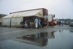 El trasnporte de Ferrari y la unidad de hospitalidad en el paddock, atmósfera