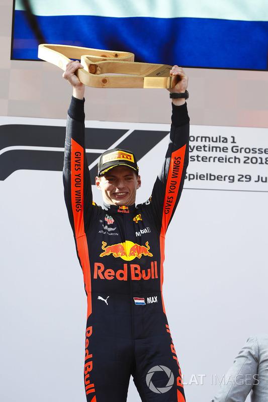 Max Verstappen, Red Bull Racing, vainqueur, soulève son trophée sur le podium