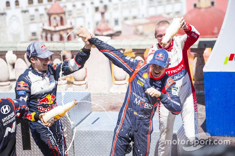 المنصة: سيباستيان أوجييه، أم-سبورت فورد فييستا دبليو آر سي، المركز الثاني دانيال سوردو، هيونداي موتورسبورت، المركز الثالث كريس ميك، فريق سيتروين العالمي للراليات