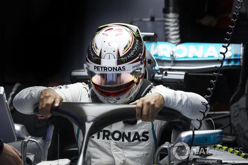 Lewis Hamilton, Mercedes AMG F1, aracına biniyor