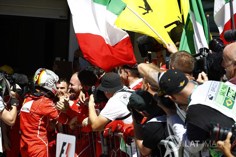 Sebastian Vettel, Ferrari SF70H, celebra con el equipo