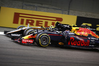Max Verstappen, Red Bull Racing RB12, passeert Sergio Perez, Force India VJM09