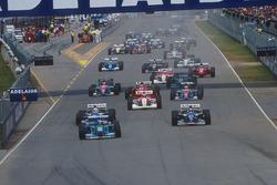 Michael Schumacher, Benetton B194 Ford delante de Damon Hill, Nigel Mansell, Williams FW16B Renault