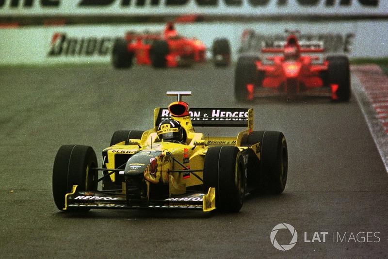 Damon Hill, Jordan 198 leads Michael Schumacher, Ferrari F300 and Eddie Irvine, Ferrari F300