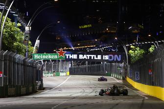 Romain Grosjean, Haas F1 Team VF-18, precede Pierre Gasly, Scuderia Toro Rosso STR13