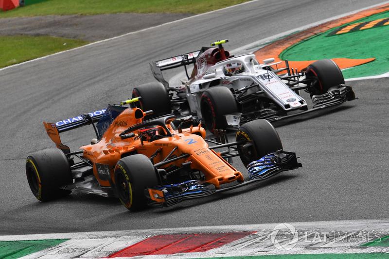 Stoffel Vandoorne, McLaren MCL33 and Charles Leclerc, Sauber C37 battle