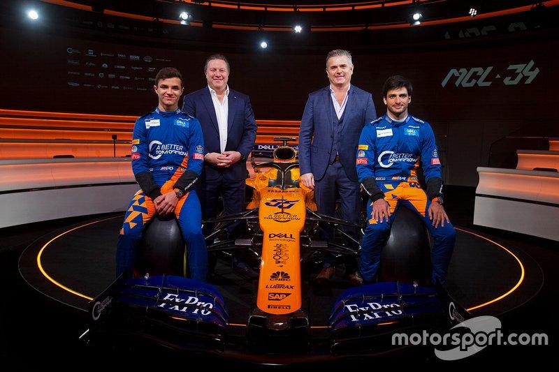 Lando Norris, McLaren, Carlos Sainz Jr., McLaren, Zak Brown, Direttore Esecutivo, McLaren Racing