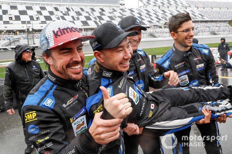 #10 Wayne Taylor Racing Cadillac DPi: Renger Van Der Zande, Jordan Taylor, Fernando Alonso, Kamui Kobayashi, festeggiano la vittoria
