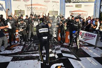 Race winner Aric Almirola, Stewart-Haas Racing, Ford Fusion Smithfield Bacon for Life