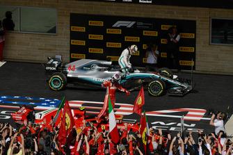 Il vincitore della gara Kimi Raikkonen, Ferrari SF71H festeggia nel parco chiuso con Lewis Hamilton, Mercedes-AMG F1 W09, sullo sfondo