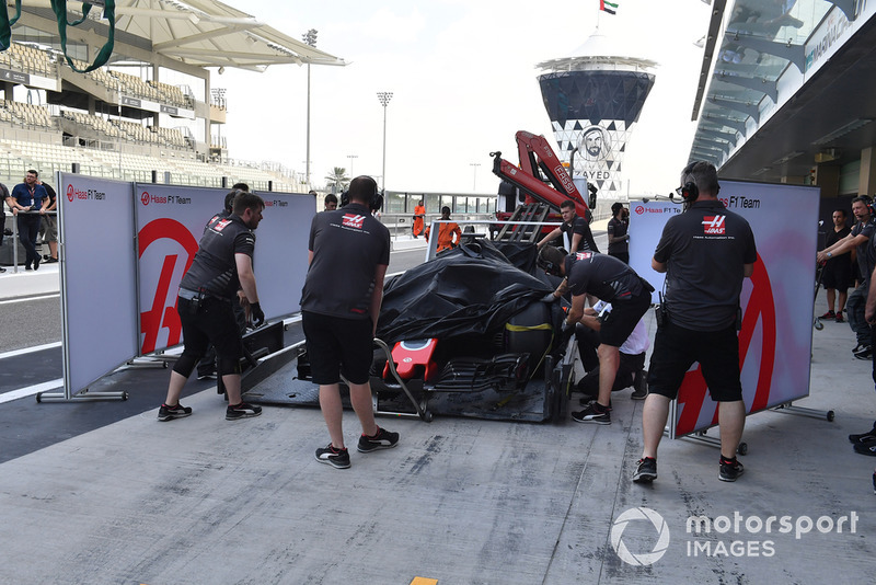 Mobil Pietro Fittipaldi, Haas F1 Team VF-18 diangkut ke pit