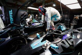 Gary Paffett, HWA Racelab esce dalla sua VFE-05, nel garage