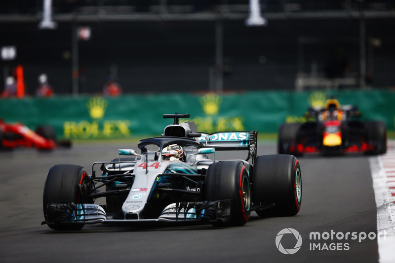 Lewis Hamilton, Mercedes AMG F1 W09 EQ Power+, devant Daniel Ricciardo, Red Bull Racing RB14